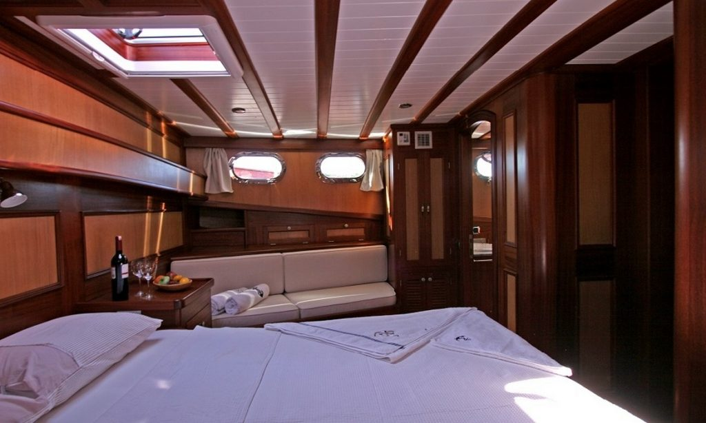 bedroom with windows in boat