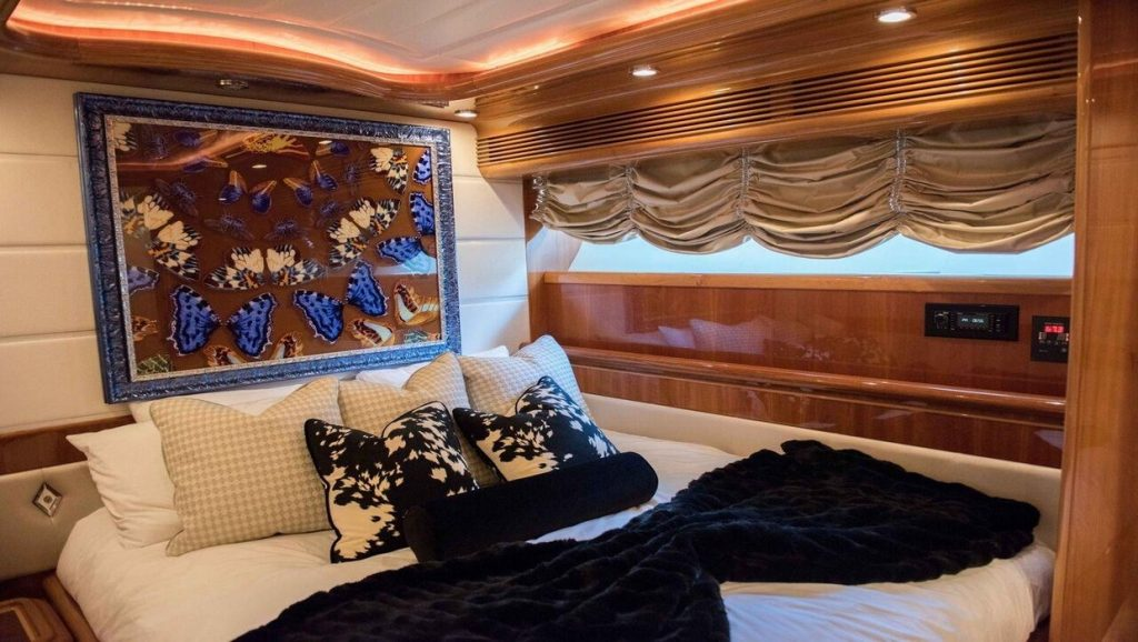 Ferretti 00Z bedroom with pillows